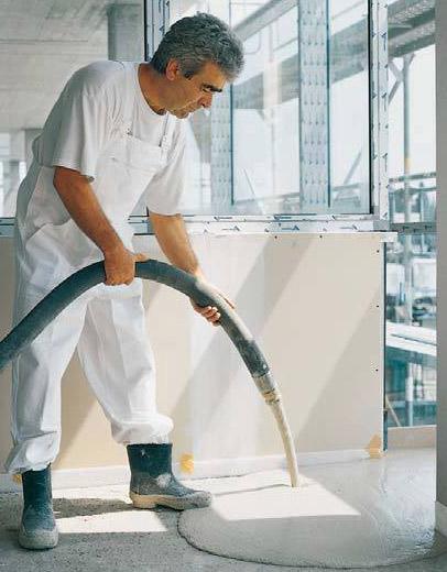 Wylewanie masy podłogowej pompą